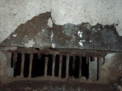 築40年の住宅。老朽化した床下換気口の柵が腐食により欠損。