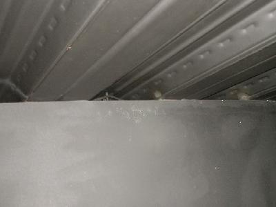 デッキプレートの隙間にネズミの足跡を発見。
