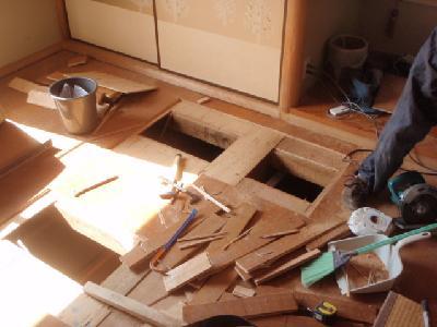 二階の床を開口しました。