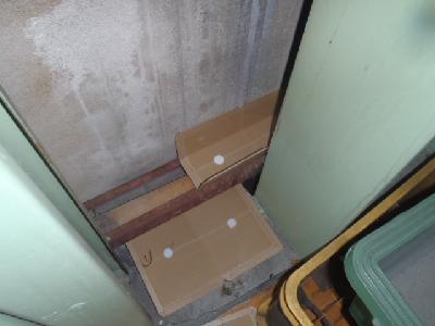 倉庫内粘着板設置