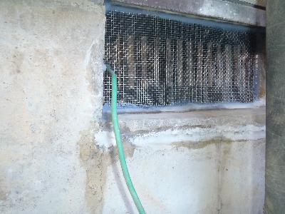 床下換気口の金属板の固定及び封鎖