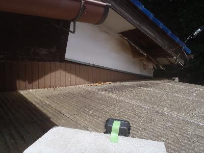 軒天板の破損箇所(侵入口)カメラで監視中