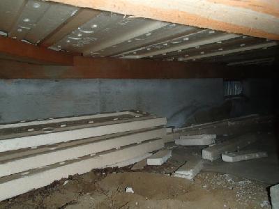 床下に放置された断熱用発泡スチロール