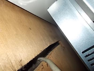 ガスレンジの背部裏側に電源ケーブルの取り出し穴が
