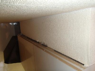 なんと下がり壁と吊戸棚の接合部に意外な隙間を発見しました。その大きさは幅2�p×長さ2.73m。