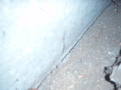 布基礎と土間コンクリートとの接合部にすきまが生じています