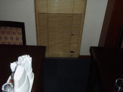 壁に埋め込まれたエアコンのルーバーに穴が