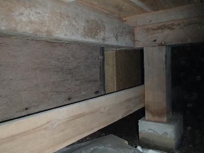 一階和室に設置された掘り炬燵(こたつ) 木部等にカビが付着しています。