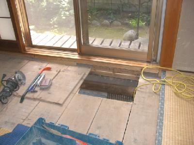 和室の荒床板を開口した映像です