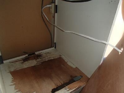 冷蔵庫置場の底板に隙間