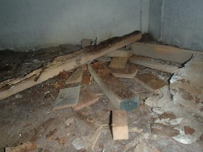 床下の土壌に置かれた残材