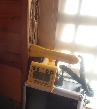 玄関入口の引き戸枠材がひどく喰害