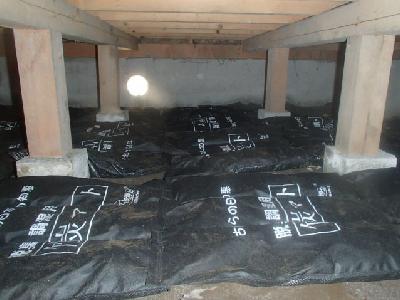 床下に竹炭マットを敷設しました。