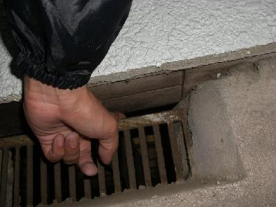 ずれて取付けられた床下換気口パネル(柵)