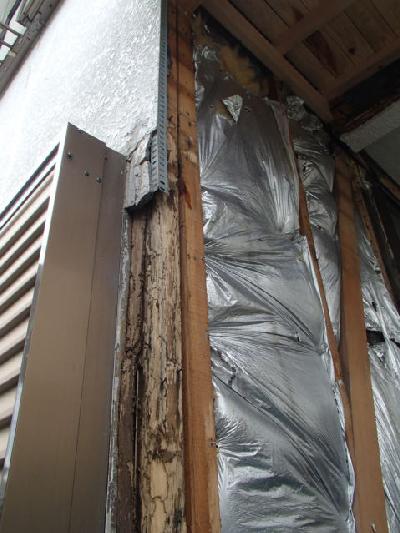 2階のベランダ防水の不具合が原因で、1階和室の通し柱に白蟻被害