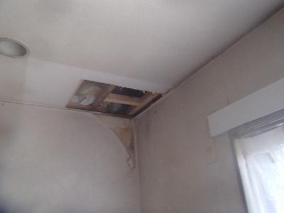 天井のボードを部分的に開口し、調べたところシンク流しの排水パイプからの漏水が認められ