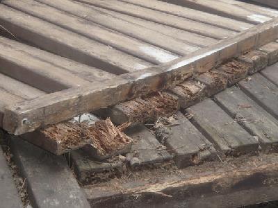 ウッドデッキ材に被害