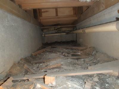 床下土壌上に放置された建築残材