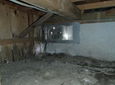 玄関上り框脇の床下換気扇