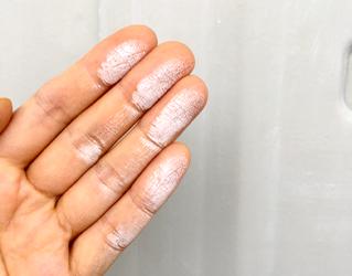 外壁を手で触ると白くつく