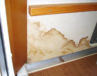 室内の天井や壁にシミがある