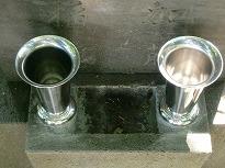 セメントで水入れの一部を埋めて新規に花立を取付け