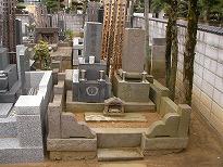 向って右側に大きく傾いてしまった墓地