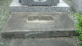 キズが入ってしまったコンクリート製の拝石で