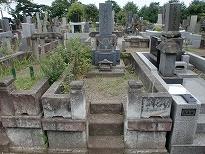 周りが大谷石で出来ている施工前の墓地