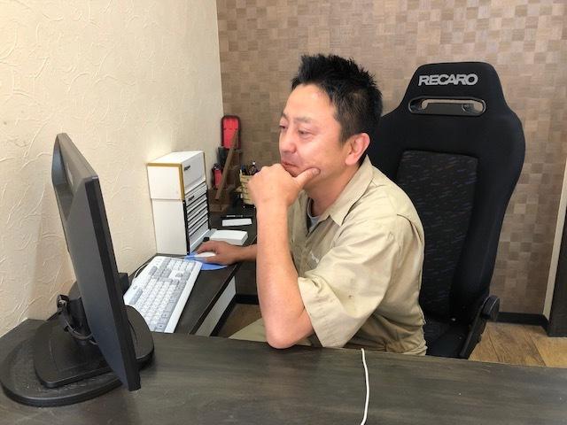 仕事中の社長