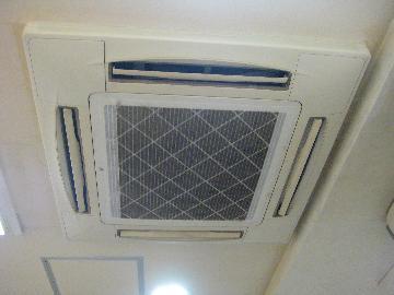 店舗、オフィスの業務用エアコンを清掃行います