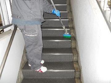マンションの階段を清掃をいたします。