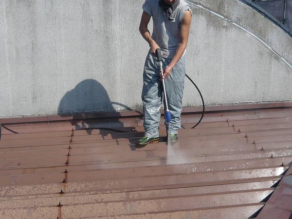 トタン屋根 高圧洗浄中