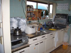 壁付けの一般的なキッチン