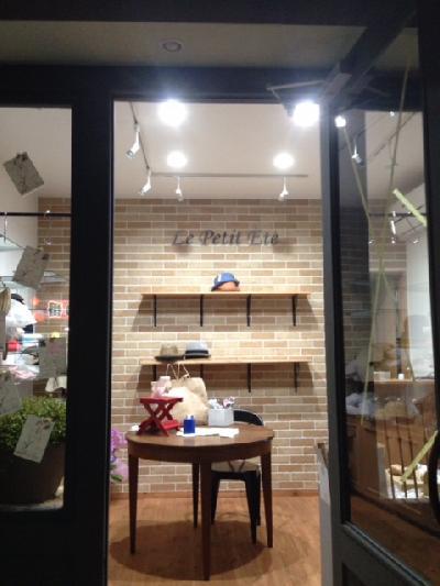 外から見た店内写真