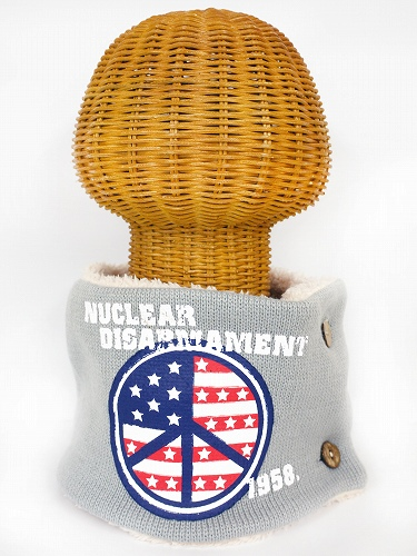 サイドボタン付き 裏地ボア ニットネックウォーマー(アメリカンPEACEマークプリント ライトグレー) WNBSA019R-20