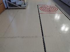 日野市 体育施設 テープ跡の除去作業