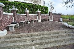 東京都稲城市 大規模マンション敷地 ベンチの洗浄、塗替え防汚コーティング�A