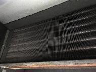 エアコンは放っておくとカビやダニ、臭い匂いの原因になってしまいます。また中が汚れていると余分な電気代もかかってしまいます。やはり定期的なメンテナンスが欠かせません。