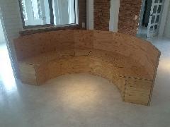 構造用合板の放射状円形椅子。