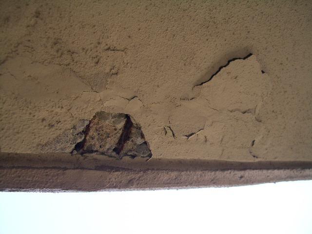 モルタルが剥がれ落ちて鉄筋が露出