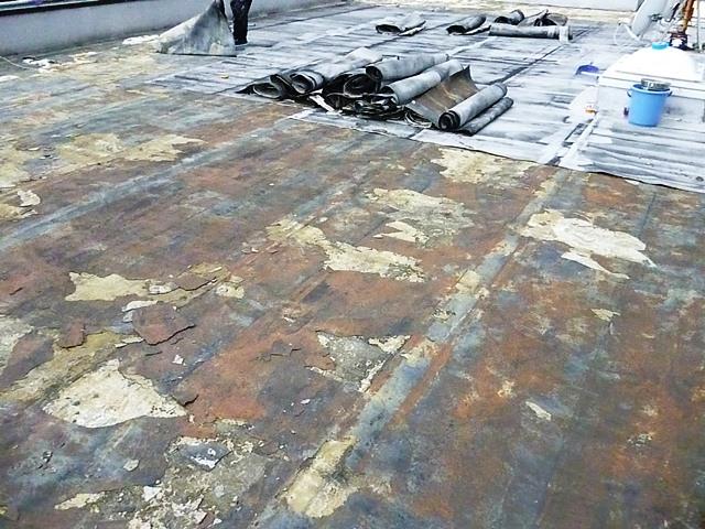 旧防水層の撤去写真