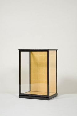 木製人形ケース 間口27cm 奥行24cm 高さ35cm 色=黒桑 型=前開き 完成品 日本製