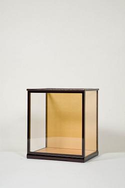 木製人形ケース 間口36cm 奥行27cm 高さ45cm 色=カリン 型=前開き 完成品 日本製