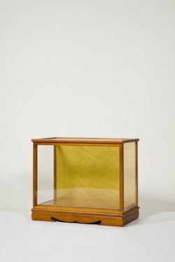 木製人形ケース 間口40cm 奥行21cm 高さ30cm 色=ケヤキ 型=前開き 完成品 日本製