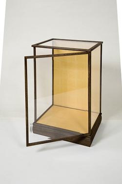 木製人形ケース 間口38cm 奥行30cm 高さ52cm 色=焼桐 型=前開き 完成品 日本製