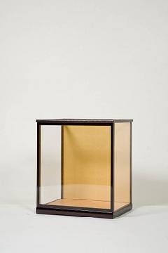 木製人形ケース 間口36cm 奥行27cm 高さ35cm 色=カリン 型=前開き 完成品 日本製