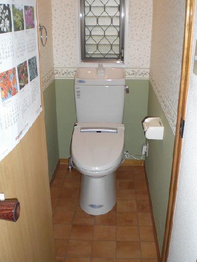 シャワートイレなど機能が増え、さらに壁紙と床のクッションフロアーも張り替えました