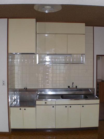 キッチンの壁がタイル仕上げでタイル目地に汚れが付きやすかった