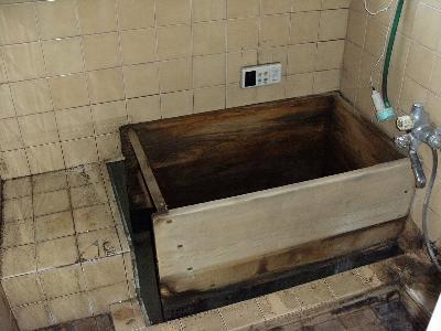 木のお風呂。年数が経っていたので取り替えました